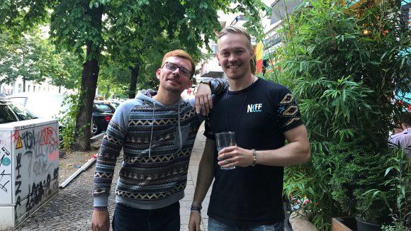 Entspannt mit Drink in der Hand: Ingo (links) und Julien bilden das DJ-Duo JU'GO.