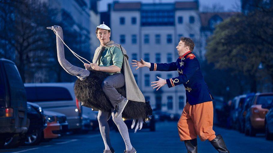 Diese beiden lustigen Gestalten sind Teil des Stücks Hilfe! Haltet den Detektiv! des Coq au Vin Kindertheaters.