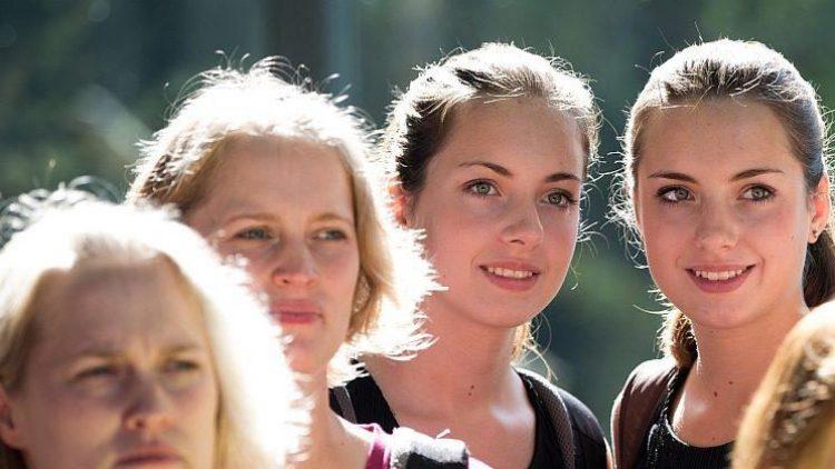 Vier von rund 120 Zwillingen bei der jährlichen Zwillingsparade in Berlin, die in diesem Jahr im Tierpark stattfand.
