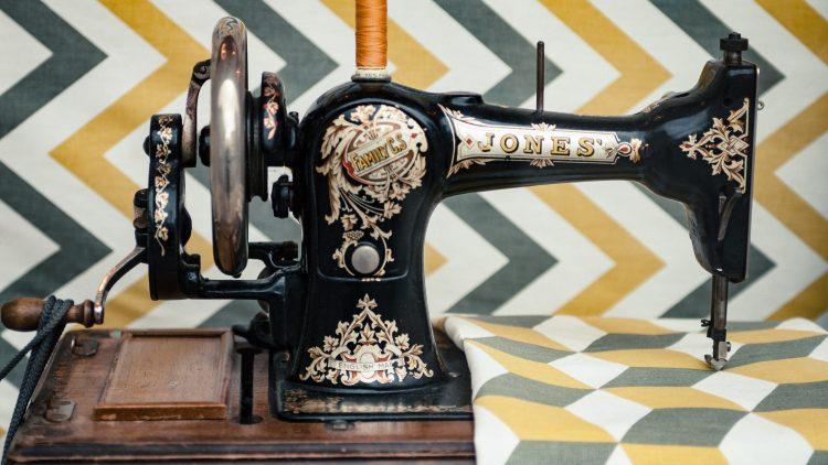 Alte Nähmaschine auf grafischem Stoff