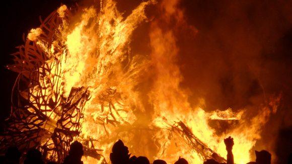 Am Ende wird das große Kunstwerk verbrannt, so ist es Brauch bei allen Burning Man-Ablegern. Beim Burning Bär hat es natürlich auch die Gestalt eines Bären.