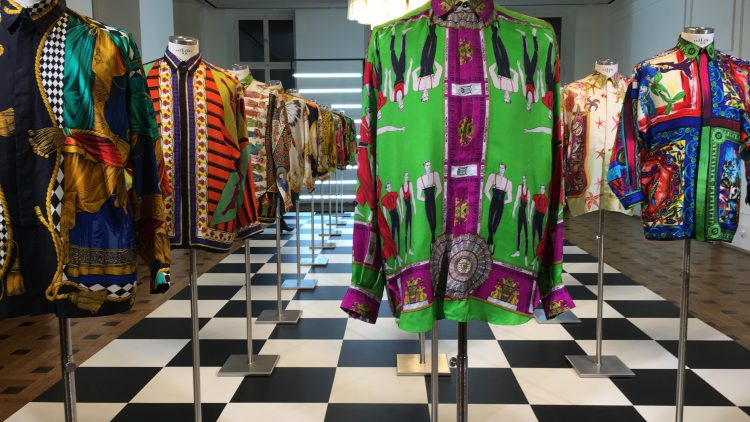 Dieser Saal ist besonders beeindruckend: Ein Versace Hemdenmeer in der neuen Gianni Versace Retrospektive im Kronprinzenpalais.