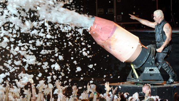 Spaß am Provozieren: Rammstein lässt es zur Freude der Fans auf der Bühne gerne so richtig krachen.