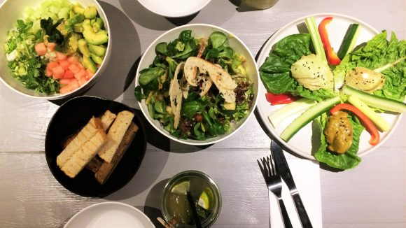 Avocado-Dip, Avocado-Salat, Avocado-Kaffee, Avocado-mit allem Drum und Dran in Friedrichshain.