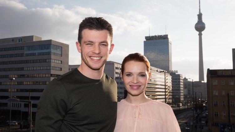"""Die Schauspieler Jannis Niewöhner und Karoline Herfurth bei der Vorstellung der neuen Amazon Prime Serie """"Beat"""" über die Berliner Clubszene."""