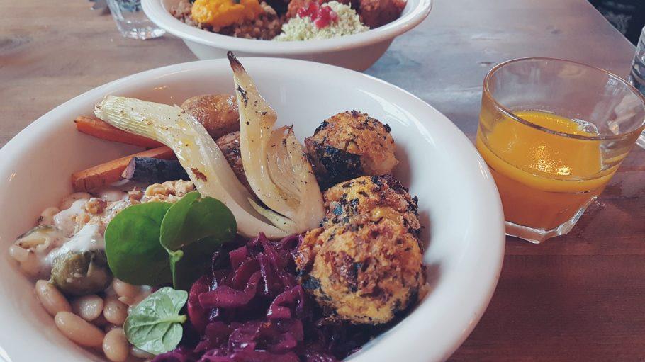 So lecker kann gesund sein. Eine Gemüse-Bowl mit Kicherbersen und Auberginensoße.