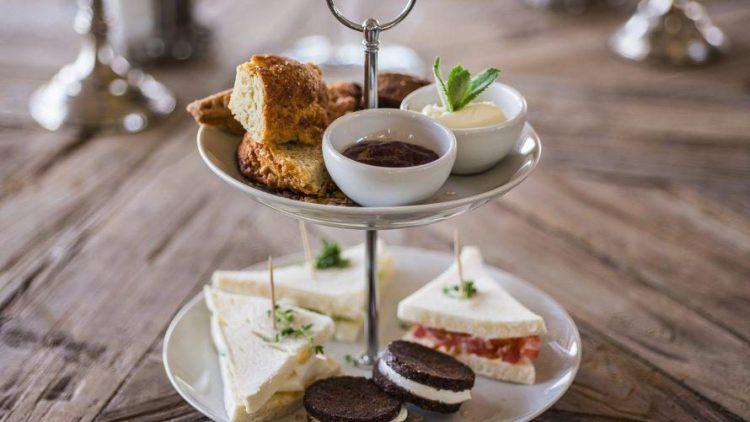 It's tea time! Klassisch britsch mit Scones, Clotted Cream und Sandwiches – gibt's so auch in Marzahn!
