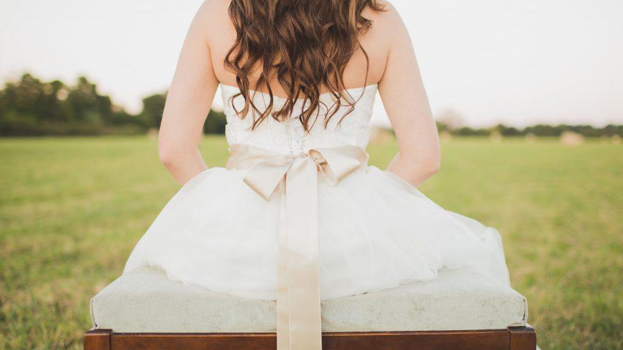 Schlicht und elegant geht auch preiswert, denn ein schönes Hochzeitskleid muss nicht unbedingt teuer sein.