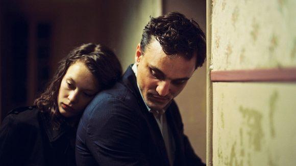"""Szene aus dem Berlinale Film """"Transit"""": Georg (Franz Rogowski) verheimlicht Marie (Paula Beer), was mit ihrem Ehemann passiert ist."""