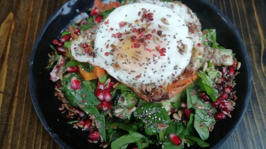 Eieiei... Die Egg Kneipe hat sich dem Ei verschrieben und bietet die unterschiedlichsten Eierspeisen an sowie diesen proteinreichen Fitness-Salat.