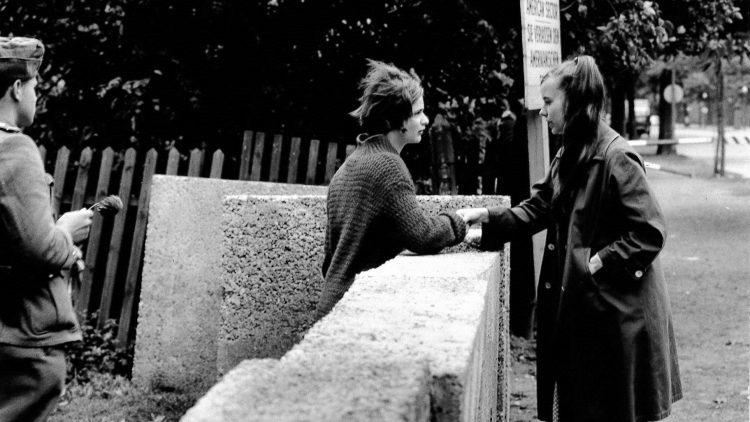 Zum Jubiläum des Stadtteils Treptow wollte das Bezirksamt herausfinden, wer diese beiden Mädchen auf der historischen Fotografie sind.