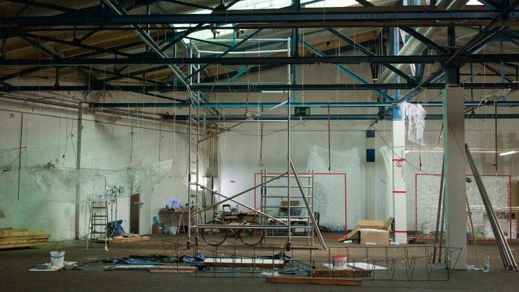 Viele Fäden, die von der Decke hängen, Rahmen zum Aufspannen und ein Bootsgerüst – so sieht es im Weddinger Atelier von Chiharu Shiota aus.