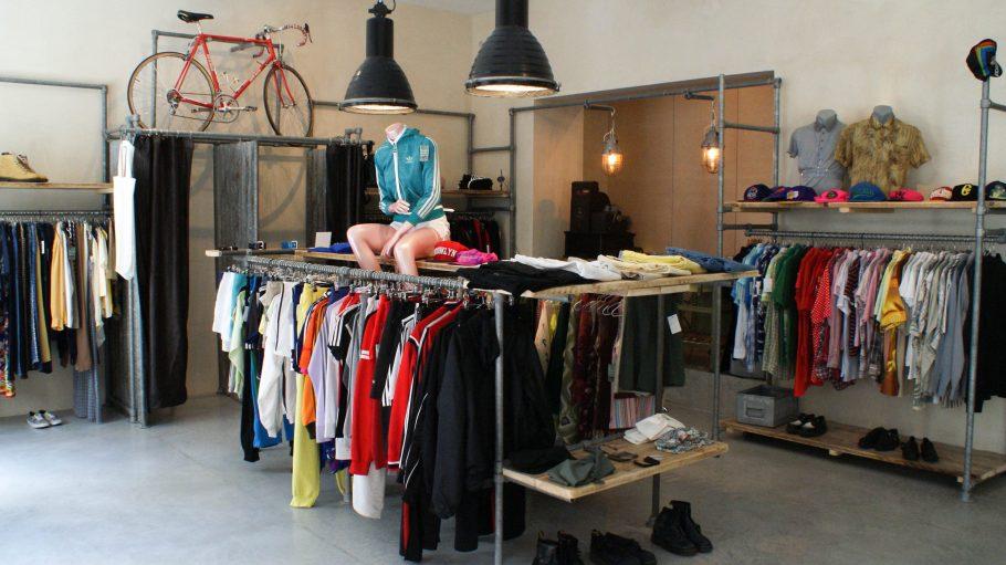 In der Glogauer Straße findest du seit einiger Zeit den Shop Dandy Horse. Hier erwartet dich ein Mix aus hipper Vintage-Streetwear, Interior und lokalen Produkten.