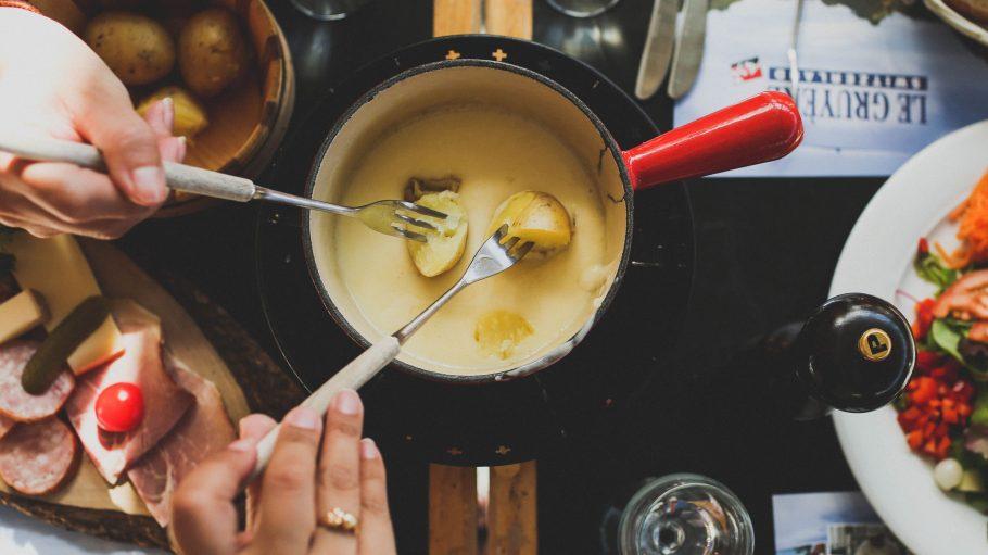 Neben Schweizer Tapas bietet die Schwarze Heide auch leckeres Käsefondue und allerlei andere alpenländische Köstlichkeiten.