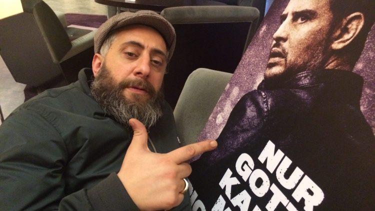"""Der Schauspieler Kida Ramadan spielt in 4 Blocks die Hauptfigur """"Tony"""" Ali Hamada. Ende Januar ist er gemeinsam mit Moritz Bleibtreu im Kinofilm """"Nur Gott kann mich richten"""" zu sehen."""