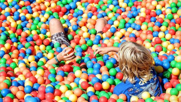 Am liebsten spielen Kids draußen– schon klar. Es gibt da aber auch schöne Alternativen, wenn das Wetter mal wieder nicht mitspielt ...
