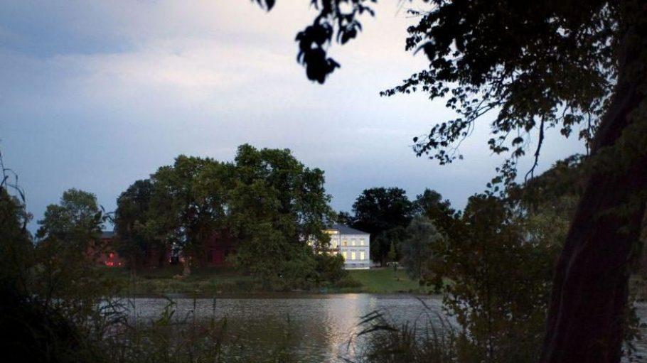 Das Landgut Stober am Groß Behnitzer See, rechts ist das Herrenhaus, links das Restaurant im Bild zu sehen