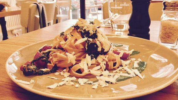 Pappardelle mit Baby-Spinat und sardischem Bio-Ricotta: klingt einfach, schmeckt phantastisch.