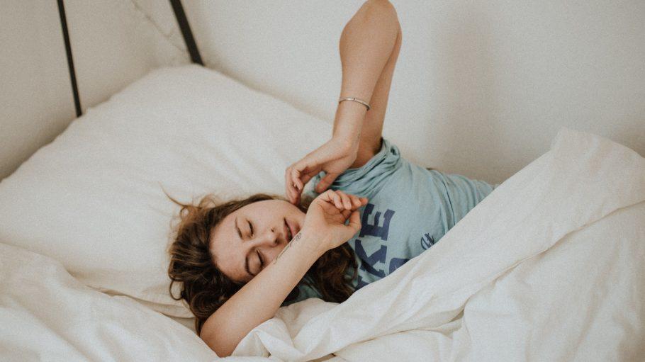Ein Mädchen schläft im Bett