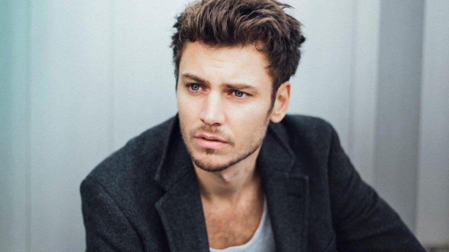 """Der in Österreich geborene Schauspieler Michael Glantschnig wurde 2017 beim Deutschen Schauspielerpreis in der Kategorie """"Nachwuchs"""" nominiert."""
