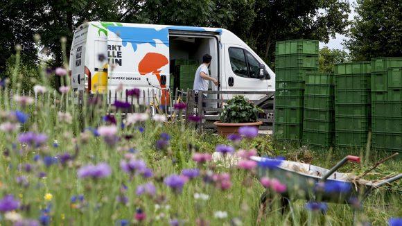 Mit zwei Lieferwagen holt die Markthalle Neun die Erzeugnisse der Landwirte ab und fährt sie zu den Köchen in die Stadt.