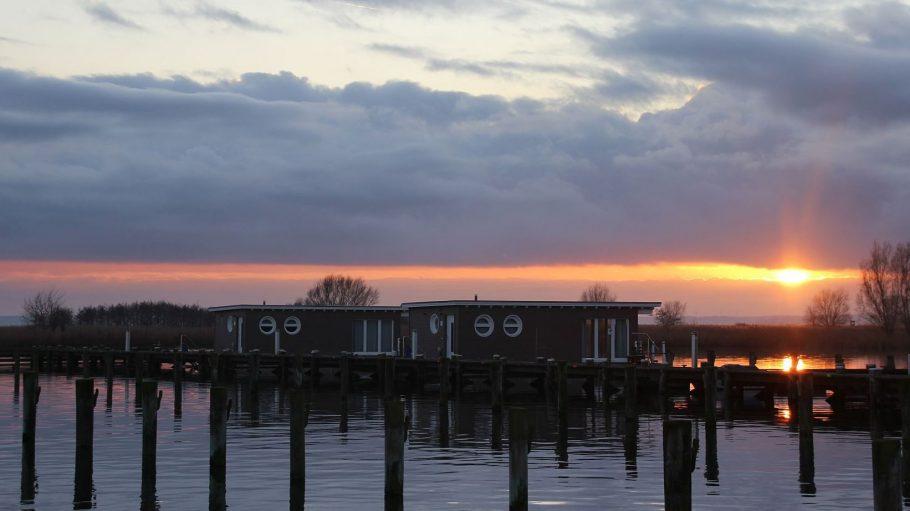 Auch die Wintersonne ist gut für romantische Untergänge, wie hier im Naturhafen Krummin.