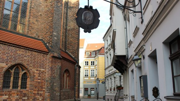 Romantische kleine Gassen führen dich durch eines der ältesten Siedlungsgebiete Berlins.