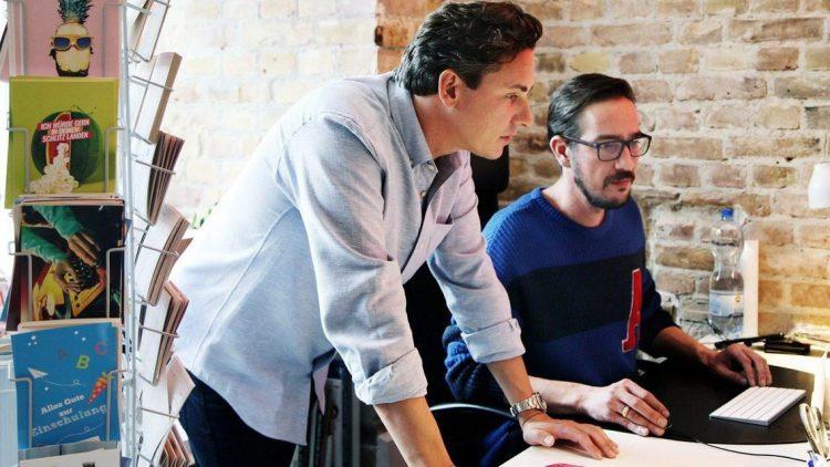 Oliver Kray (l.) mit einem Mitarbeiter im Büro von Mypostcard.com in Wilmersdorf – wo das Unternehmen deutlich mehr Platz hat als in der New Yorker Dependance.