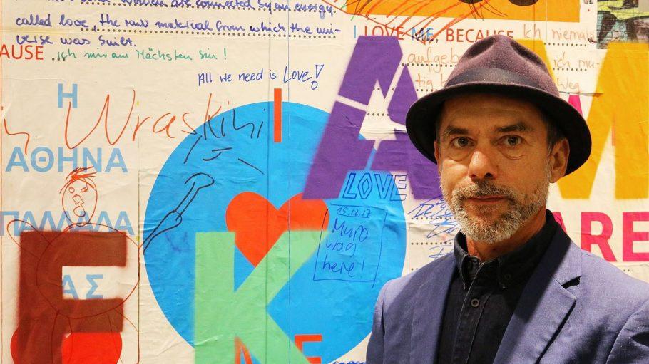 """Im """"Themenraum Liebe"""" der Amerika-Gedenkbibliothek können die Besucher auf die von Oliver Rednitz gestaltete Wand schreiben, warum sie sich lieben."""