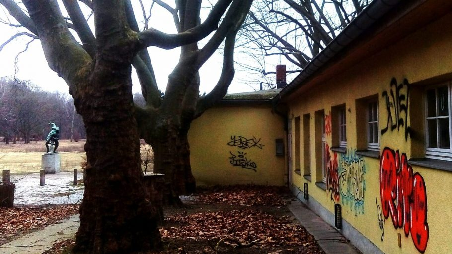 Das verlassene Parkcafé im Volkspark Rehberge steht als Teil des Gartendenkmals unter Schutz, ist derzeit aber eher ein Schandfleck.