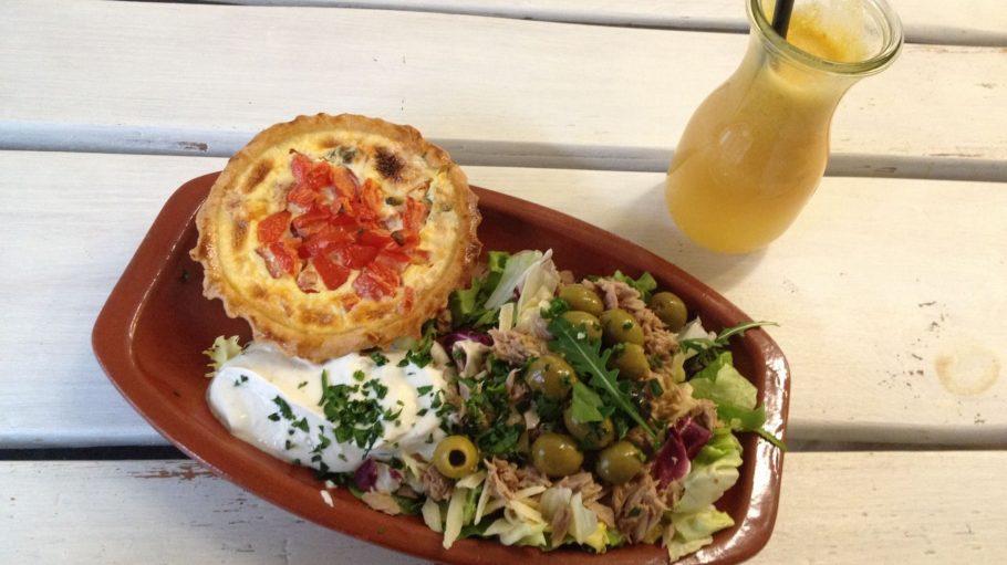 Lecker & gesund: Quiche mit Salat und Detox-Saft à la Joris.