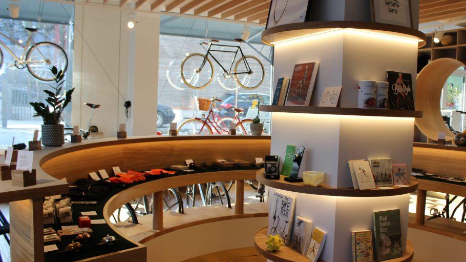 Hier finden Radliebhaber alles – neben fancy Fahrrädern auch Literatur und coole Gimmicks.
