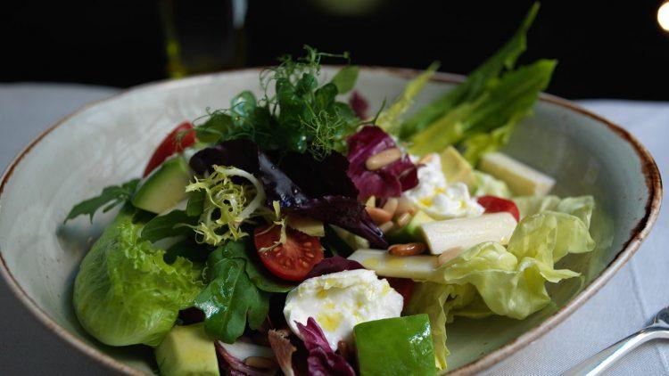 Aromatischer Salat, Suppe, Pasta, Fisch oder Fleisch? Tutto è possibile im La Banca im mondänen Hotel de Rome.