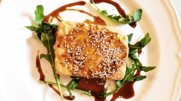 Immer einen Versuch wert: griechische Vorspeisen! In diesem Fall: Schafskäse mit Sesam und Traubensirup.