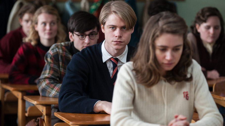 Kurt (Tom Gramenz) und seine Klassenkameraden halten eine Schweigeminute ab.