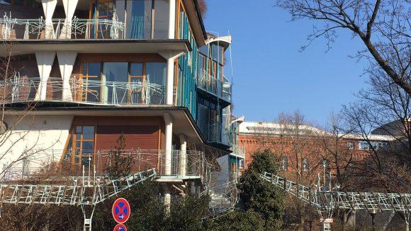 Ende der 1980er Jahre investierte man in eine Turnhalle für die Spreewald-Grundschule nach Plänen des Berliner Architekten Hinrich Baller.
