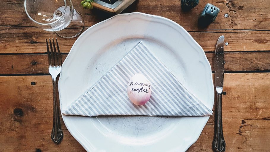 Teller auf dem ein Osterei liegt