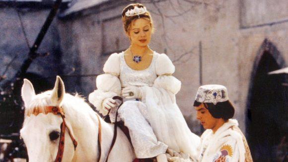"""Hach: Der Prinz (Pavel Travnicek) zieht Aschenbrödel (Libuse Safrankova) im Film """"Drei Haselnüsse für Aschenbrödel"""" den verlorenen Schuh an."""