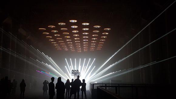 Über 80.000 LED-Lampen lassen das riesige Kraftwerk erstrahlen.