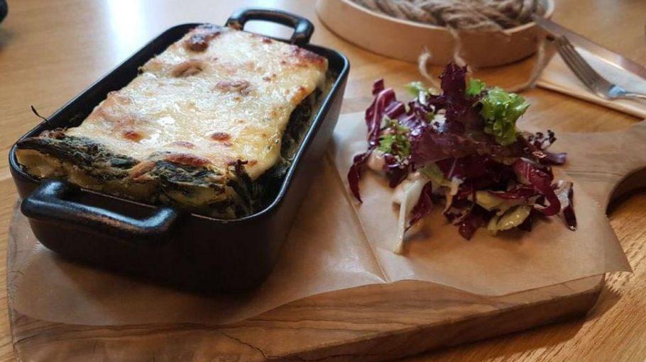 Vegetarische Spinat-Lasagne im Dave B., das verschiedene Food-Konzepte unter einem Dach vereint.