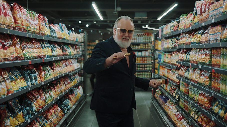 Friedrich Liechtenstein steht im Edeka-Markt zwischen den Regalen