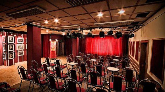 Stadttheater Köpenick in Köpenick Zuschauerraum. Kinder sitzen bei Verasntaltungen am Tage auf Bänken und Matten auf der Erde
