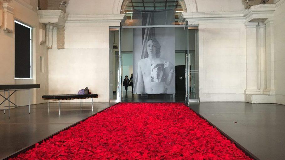 Eingangsbereich der Ausstellung mit einer Rote-Rasen-Wanne