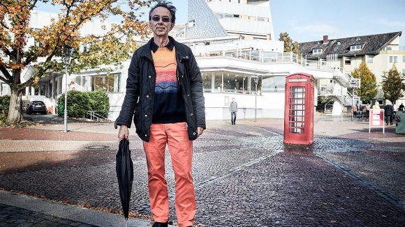 Anders Alborg vor den Tegeler Seeterrassen, die er selber gerne besucht, und der fast schon berühmten roten Telefonzelle an der Greenwichpromenade.