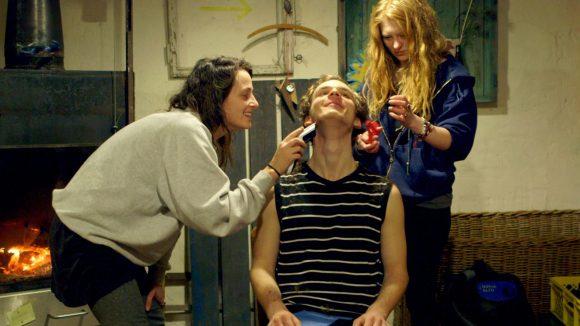 Fernab des Klassenzimmers: Alex findet Freunde, die ihm auch eine neue Frisur verpassen. © Neue Visionen Filmverleih
