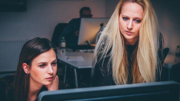 Frauen Computer als Symbol für Start-up Berlin