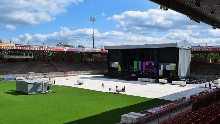 Damit ein Konzert wie das von Linkin Park in der Alten Försterei stattfinden kann, wird zunächst der wertvolle Rasen abgedeckt.