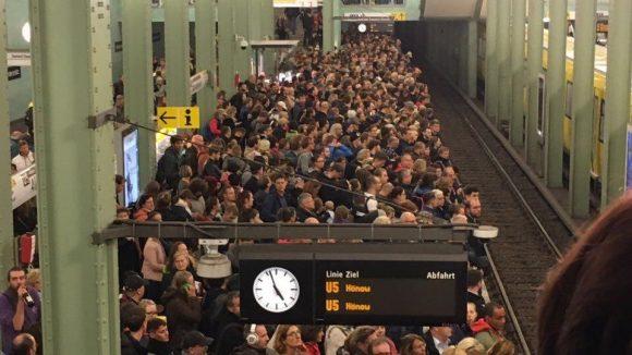 Am Alexanderplatz warteten die Menschen auf die wenigen U-Bahn-Linien, die noch fuhren. ©QIEZ