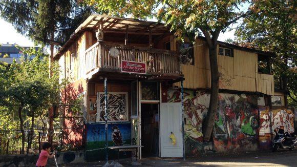 Am berühmten Baumhaus in Kreuzberg erzählt unser Guide seine persönliche Geschichte. ©QIEZ