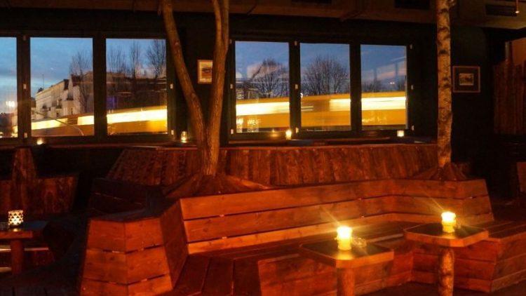 Ist es eine Sauna? Ist es ein Baumhaus? Nein, hier rauscht eine U-Bahn am Fenster einer neuen Berliner Bar vorbei, die auch Kaffee, Kultur und Hörfunk zu bieten hat.